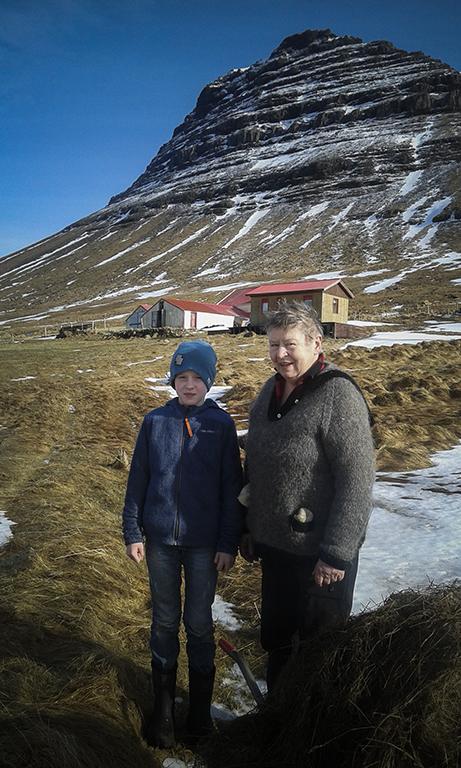 Islandia Snaefellnes Peninsula_ Kirkjufell_ people