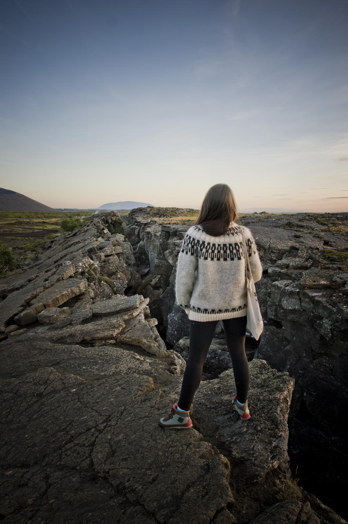Islandia_monica mirando cosas-4