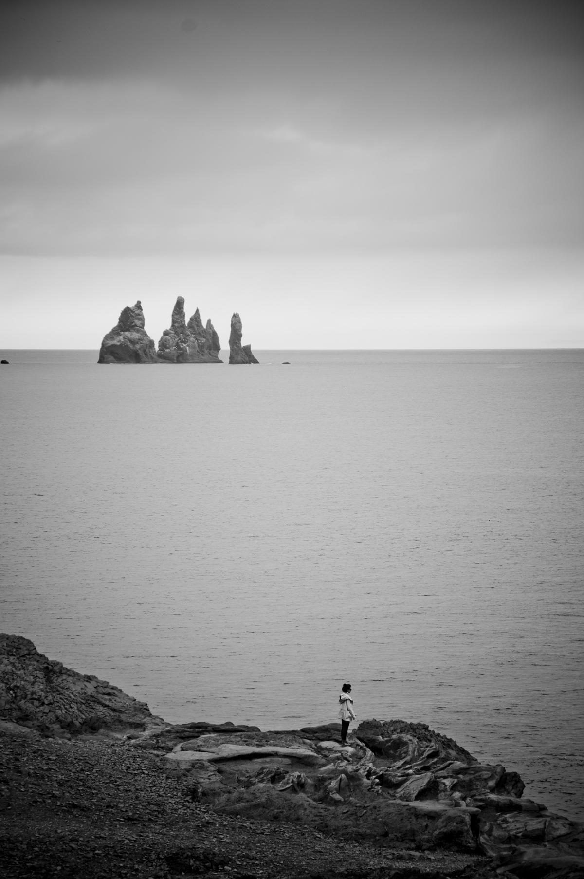 Islandia_monica mirando cosas3 blanco y negro